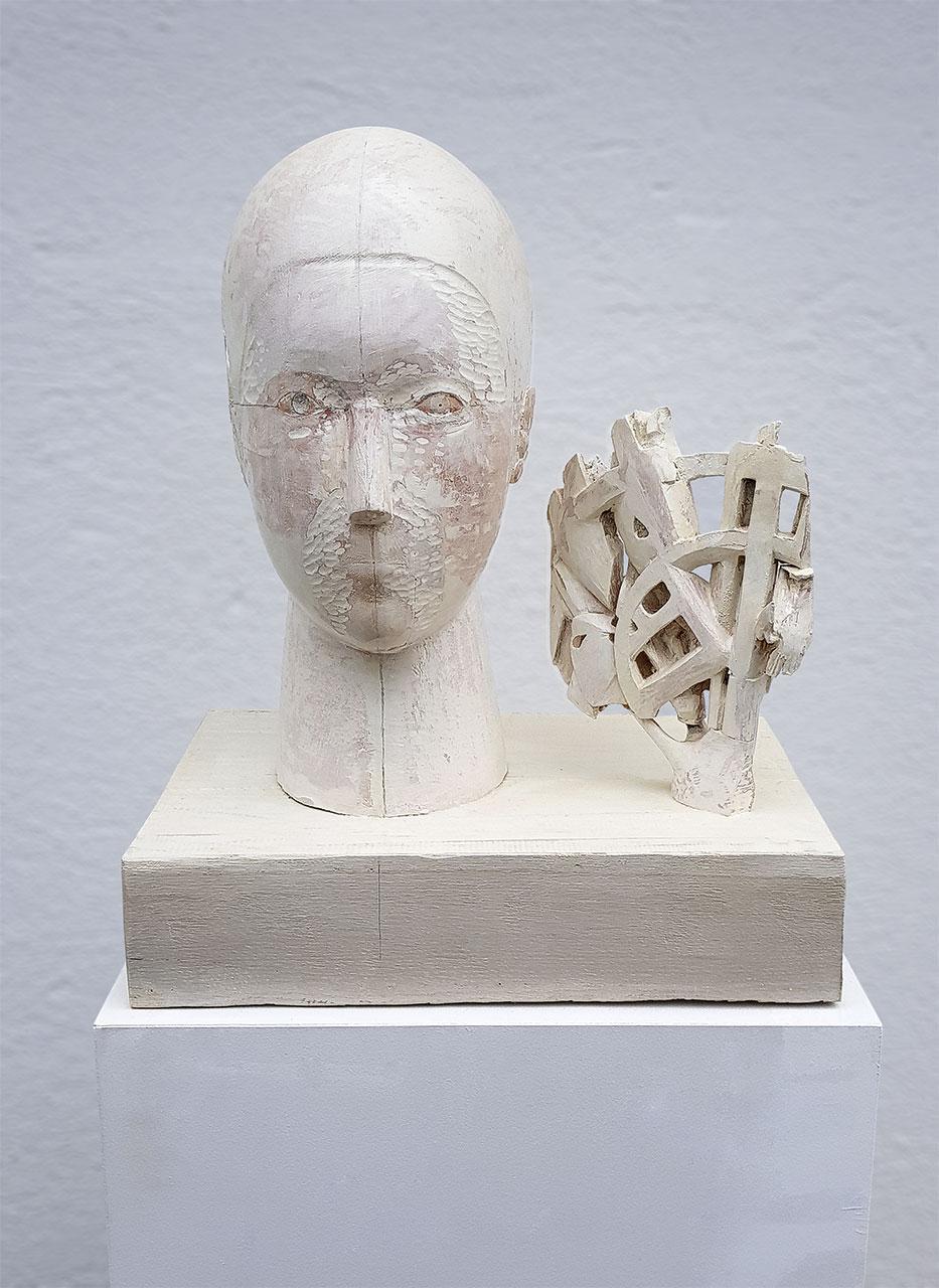 weiße Skulptur mit Frauenkopf