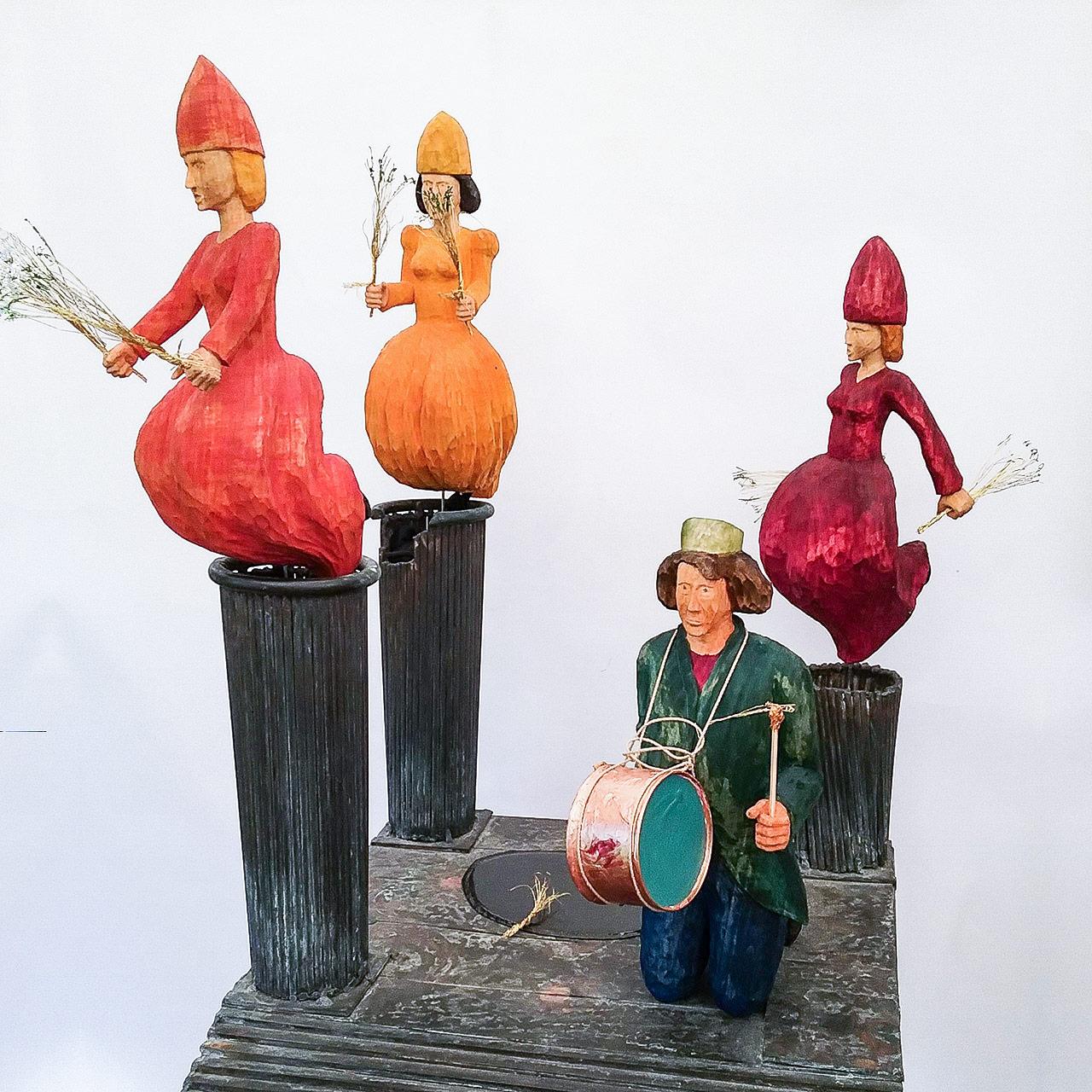 Skulptur aus Holz mit vier Frauen