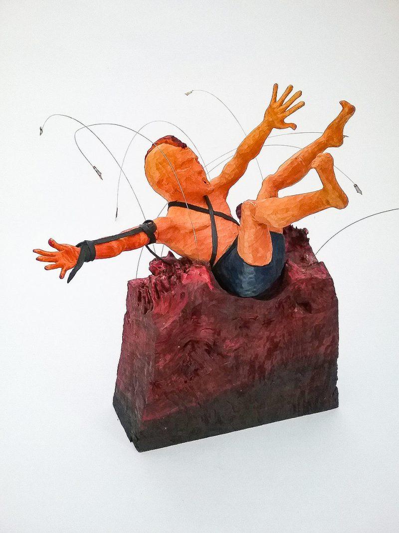 Skulptur aus Holz: Mann mit Irokese