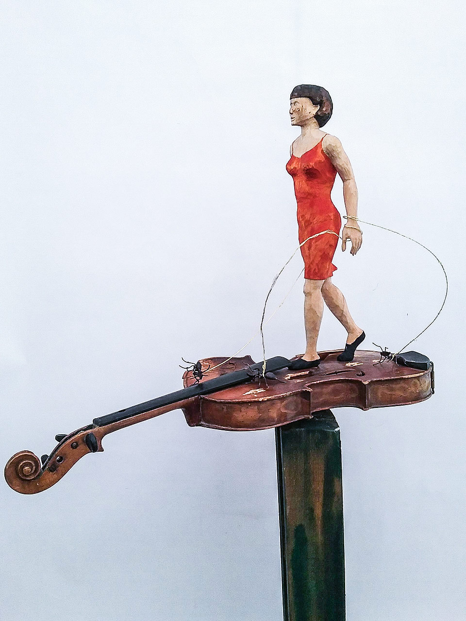 Holzskulptur – Frau auf Geige gebunden