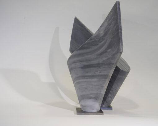 Zwei zueinander gedrehte Marmorskulpturen