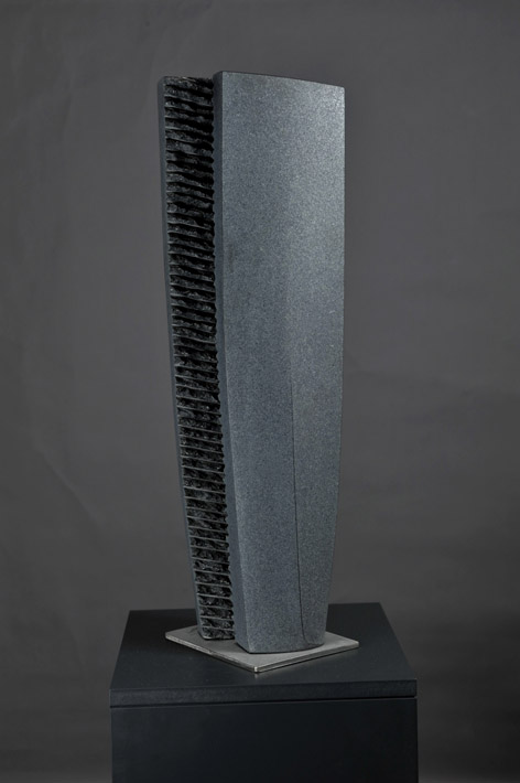 Skulptur aus schwarzem Granit