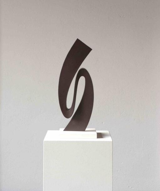 geschwungene abstrakte Skulptur aus oxidiertem Stahl