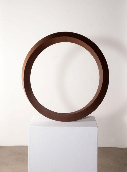 kreisrunde Plastik aus Worten des Bildhauers Rüdiger Seidt