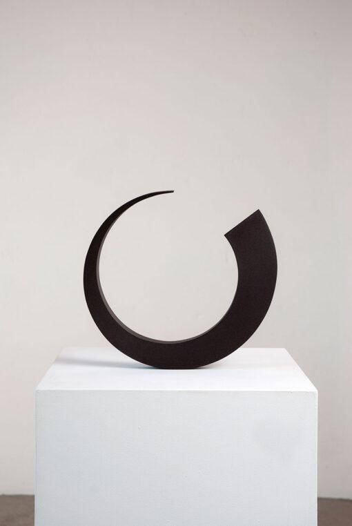 abstrakte, fast kreisrunde Plastik des Bildhauers Rüdiger Seidt