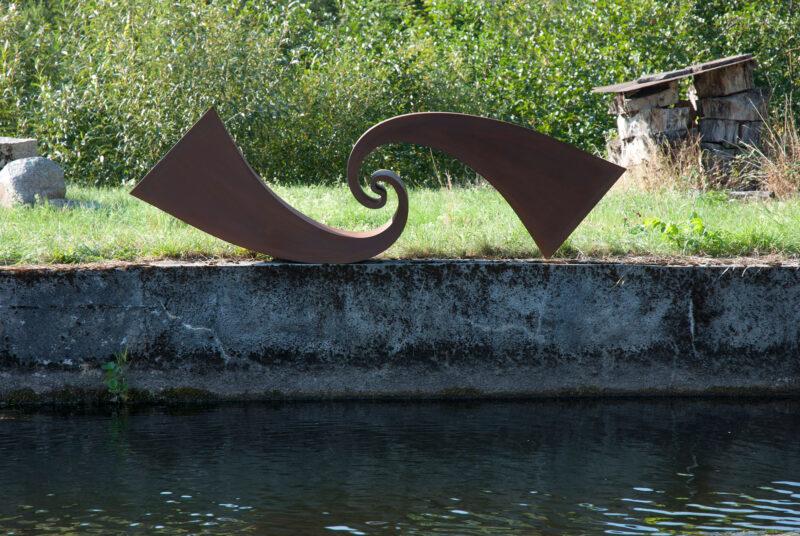 monumentale Skulptur, die eine Welle nachahmt, aus Worten-Stahl