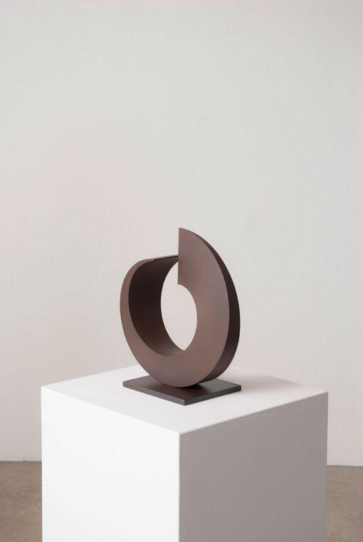kreisrunde, abstrakte Skulptur aus Cortenstahl des Bildhauers Rüdiger Seidt