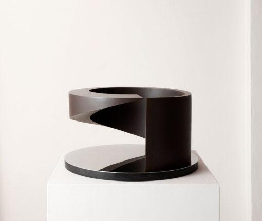 abstrakte Plastik einer Spirale, die sich spiegelt