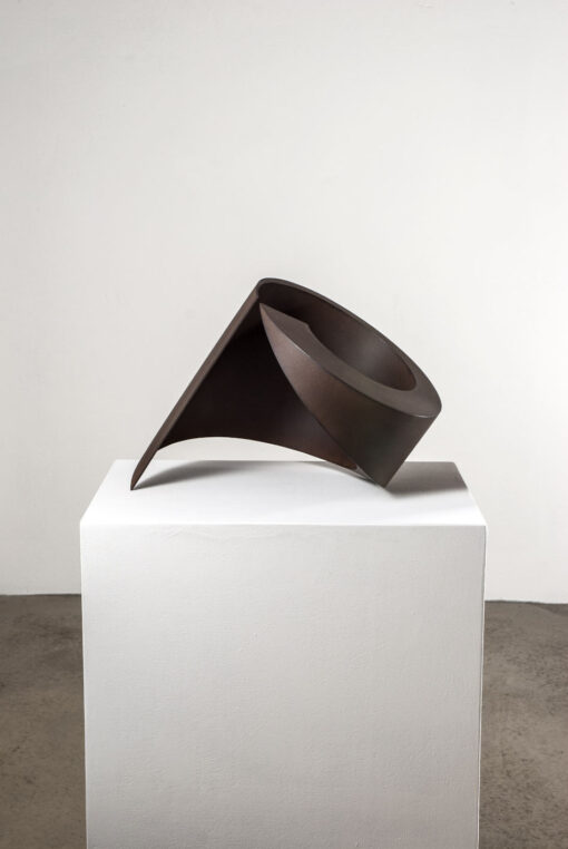 gewundene abstrakte Skulptur aus Corten Stahl